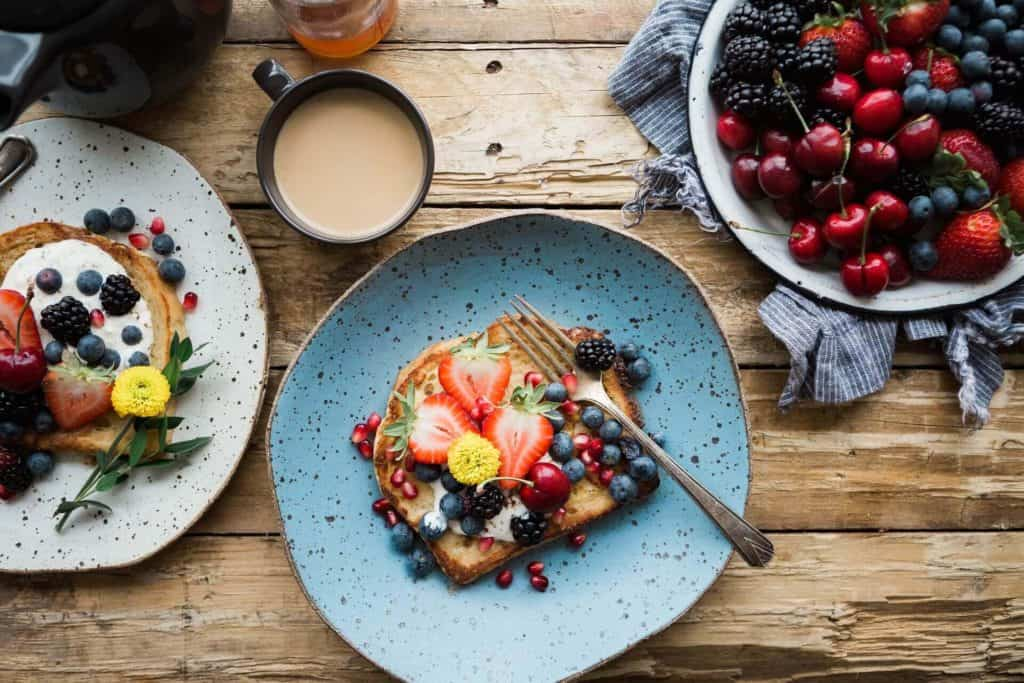healthy breakfast ideas: toast with fruits and berries