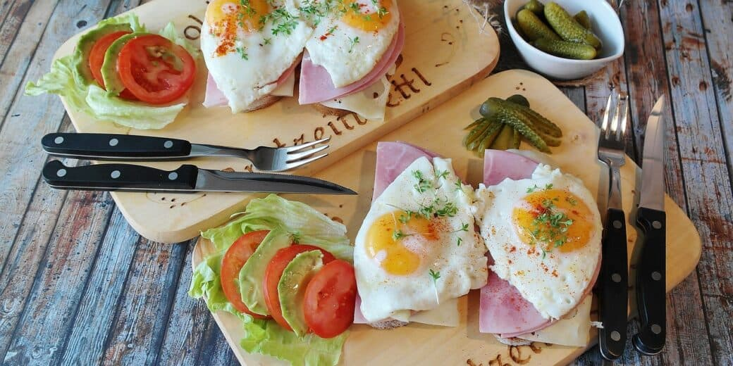2 toasts with sunny side up eggs